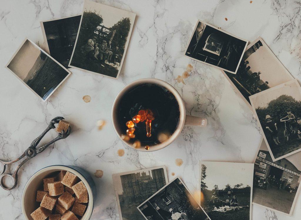 Kaffee in Aktion: Füll das Kontaktformular aus und lass uns dein Projekt und die Möglichkeiten der Zusammenarbeit besprechen! Gerne auch bei einem echten oder virtuellen Kaffee.